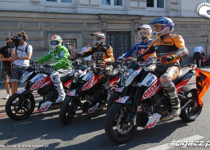 Zawodnicy na KTM Duke przed wyscigiem