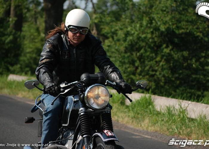 Motocyklista w drodze na starej Beemie