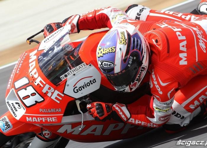 czerwony motocyklista