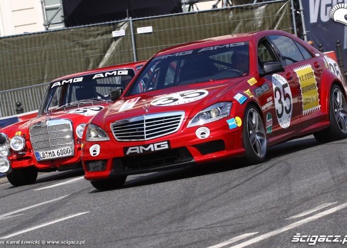 Dwie generacje samochodow Mercedes Wyscigi Uliczne Verva