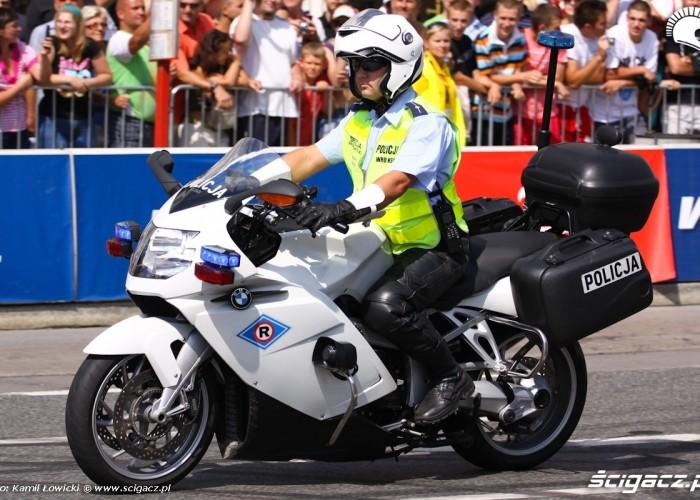 Policjant na motocyklu Wyscigi Uliczne Verva