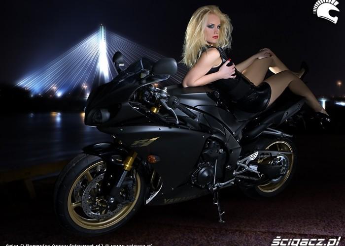 dziewczyna lezy na r1 yamaha 2009 motocykl modelka sklad 016