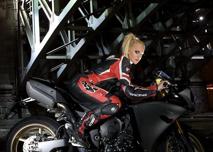siedzi na r1 yamaha 2009 motocykl modelka sklad 019