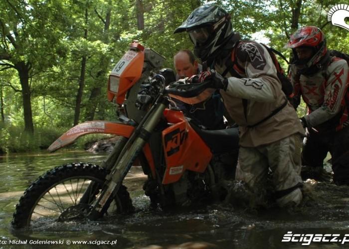 KTM w rzece przeprawa