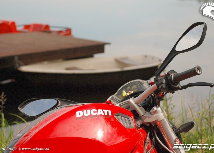 Ducati Monster nad jeziorkiem