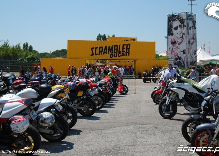 Droga do stoiska Ducati Scrambler