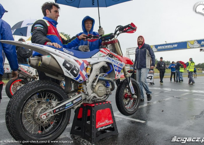 motocykl supermoto na startcie