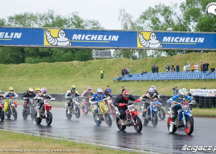 start michelin supermoto poznan deszcz