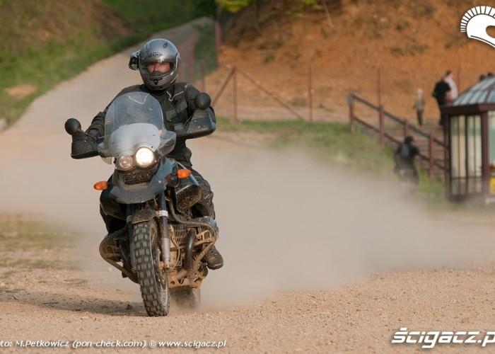 zawodnik z kamera na kasku bmw motorrad