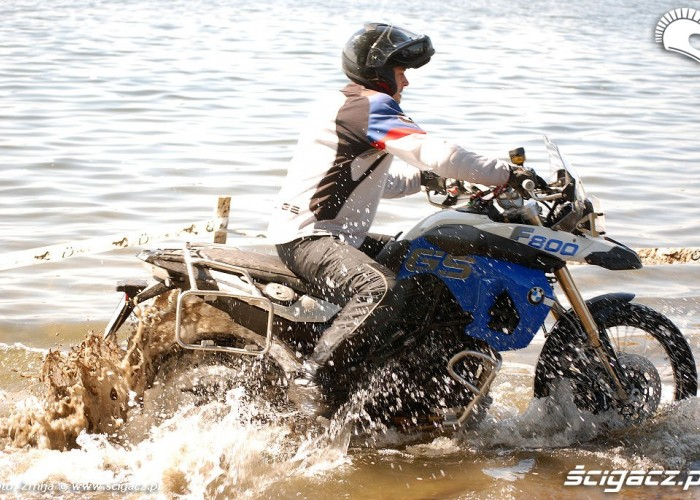 Jazda motocyklem w jeziorze
