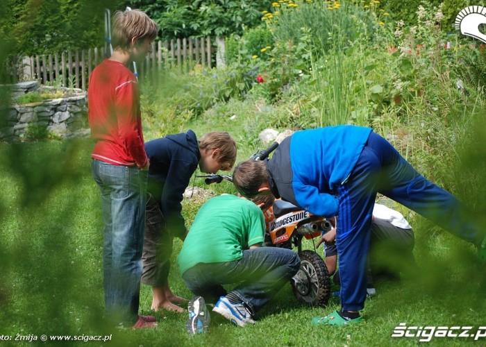 Dzieci naprawiajace motocykl