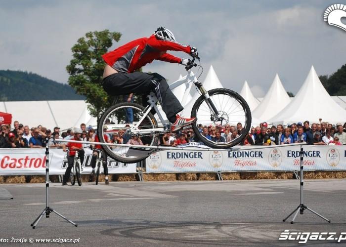 Mountain bike skok przez tyczke