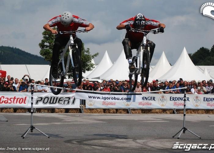 Skok nad tyczka trial na rowerze