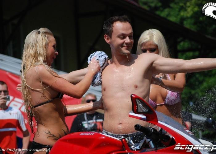 Dominik kapiel z dziewczynami
