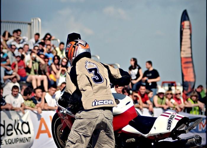 cygan walczy z motocyklem