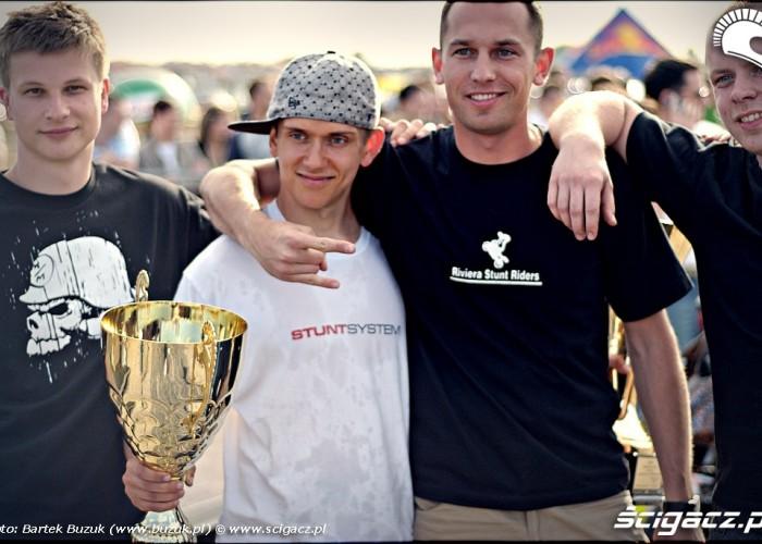 ekipa sedziowska i zwyciezca extrememoto