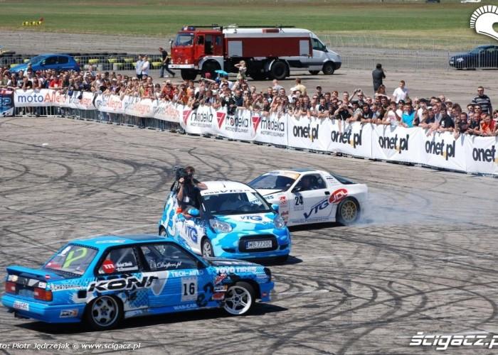 drift wokol jadacego samochodu extrememoto2010 bemowo w warszawie