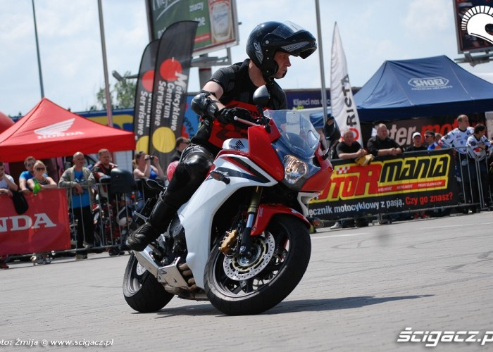 Czerwono biala Honda CBR600F