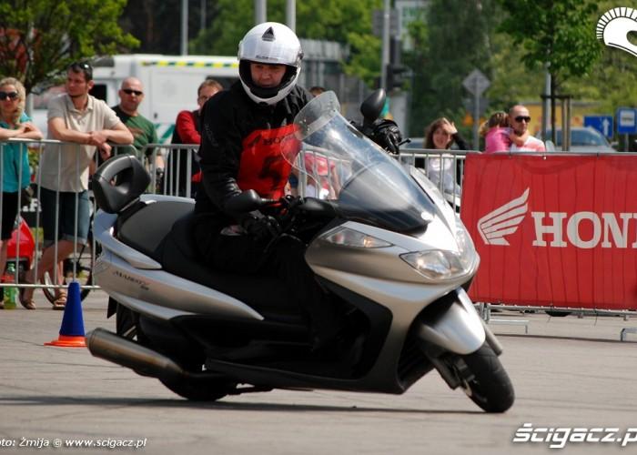 Lukasz Rongers jazda skuterem