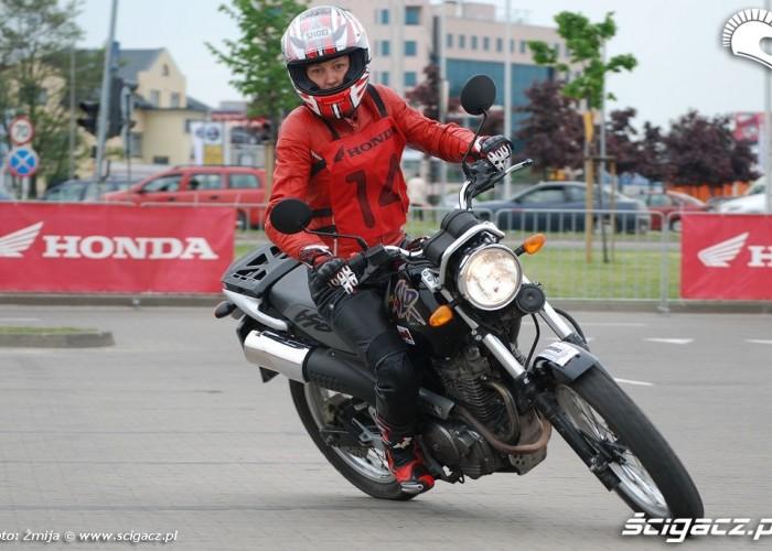 Dziewczyna na motocyklu przejazdy Gymkhana
