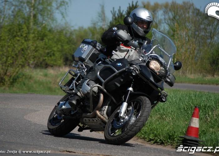 Cwiczenie zakretow motocyklem