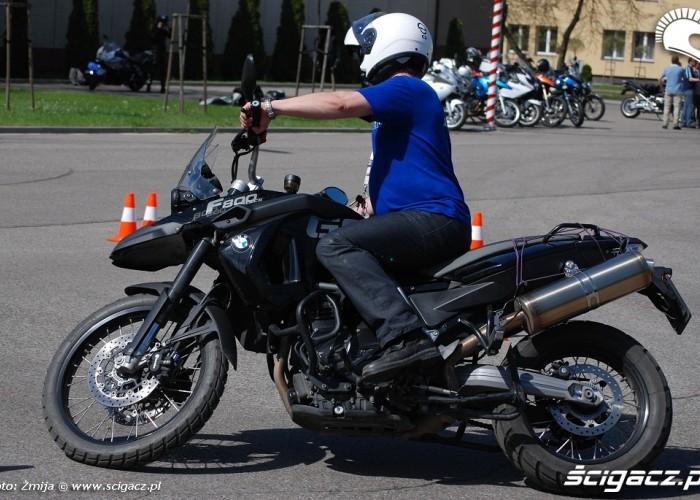 Krecac kolka motocyklem na placu