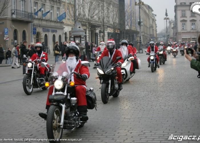 mikolaje na motocyklach przejazd przez rynek