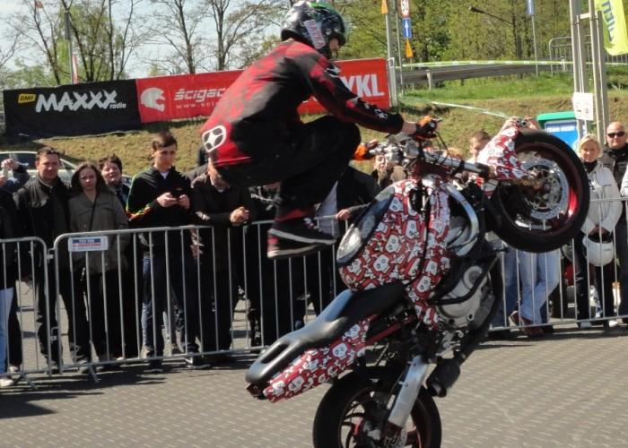 mlody125 stunt Szczecin - Motocyklowa Niedziela na stacji BP 2011