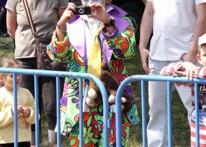 clown robi zdjecia stuntu Dzien Dziecka w Centrum Zdrowia Dziecka