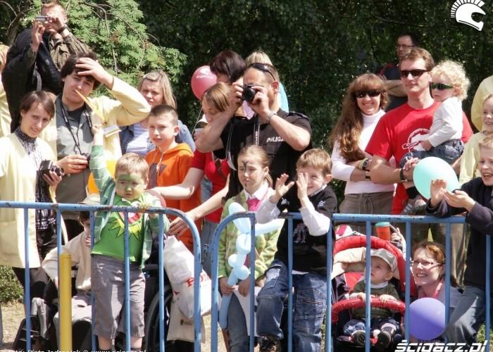dzieci na pokazie stunt Dzien Dziecka w Centrum Zdrowia Dziecka