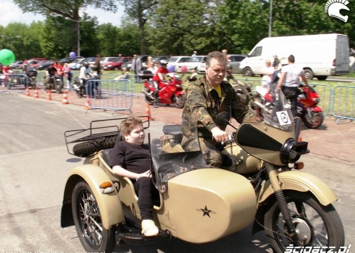 dziecko na motocyklu Dzien Dziecka w Centrum Zdrowia Dziecka