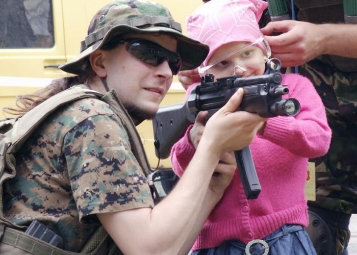 dziewczynka z karabinem Dzien Dziecka w Centrum Zdrowia Dziecka