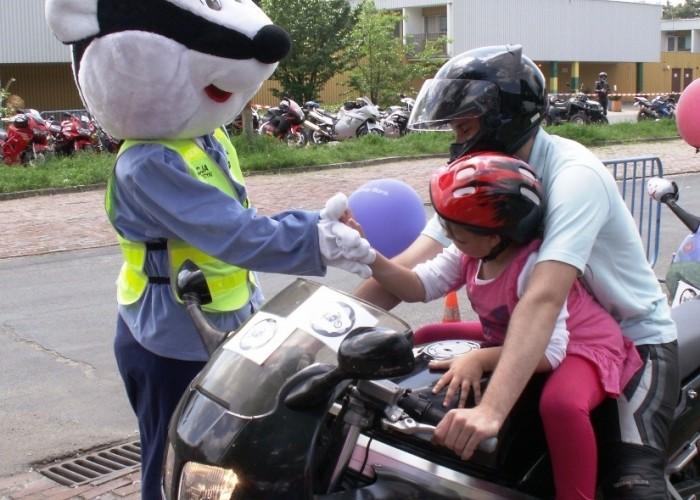 maskotka policji Dzien Dziecka w Centrum Zdrowia Dziecka