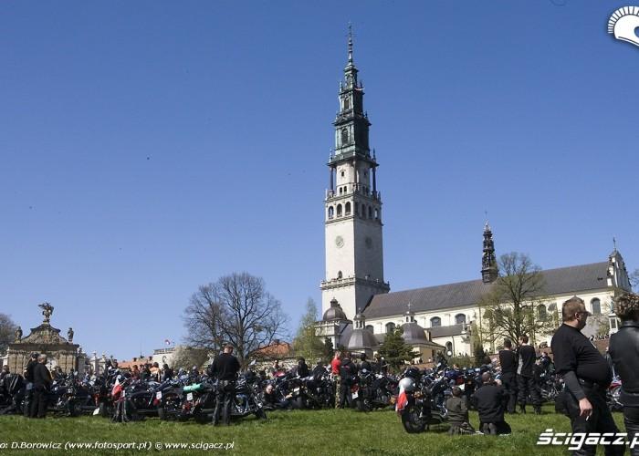 klasztor i motocykle motocyklowa msza swieta zlot gwiazdzisty jasna gora 2009 b mg 0144