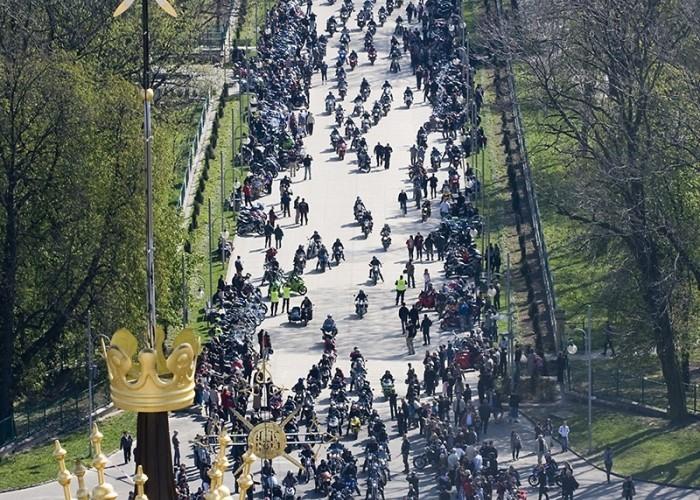 pierwsi motocyklisci wjezdzaja na blonie motocyklowa msza swieta zlot gwiazdzisty jasna gora 2009 a mg 0023