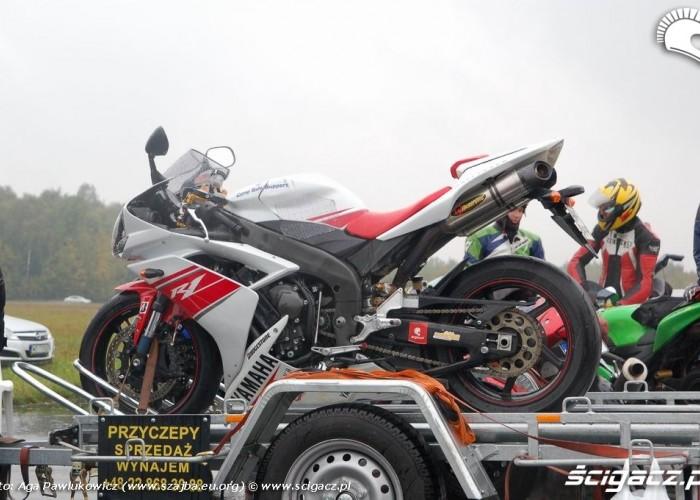Ryki 1 4 mili Yamaha R1 na lawecie