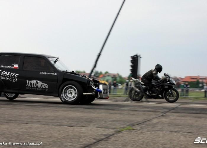 Wyscigi Bemowo samochod kontra motocykl