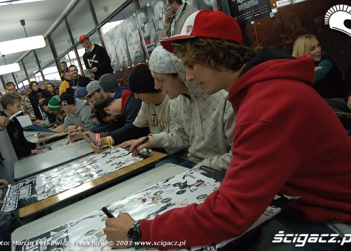 zawodnicy DIVERSE Night of the Jumps rozdaja autografy