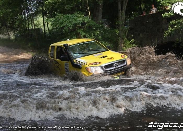 Toyota przeprawia sie przez rzeke