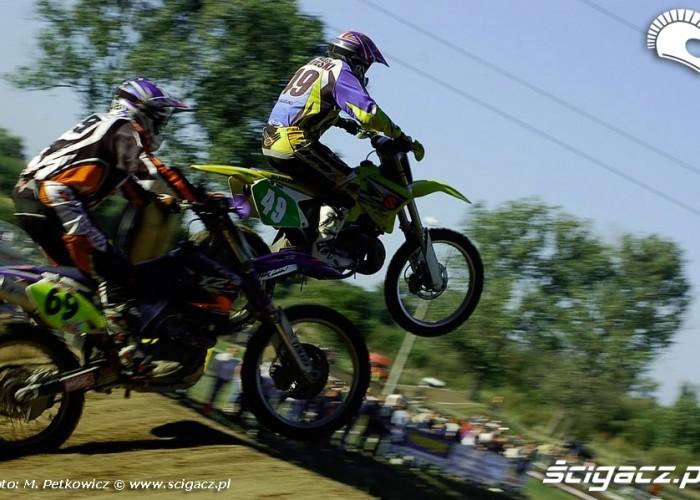 na skoku zawodnicy motocross