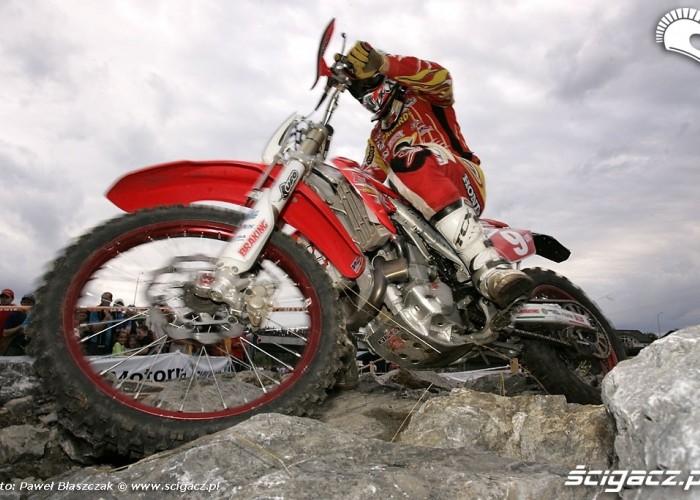 motocykl na kamieniach