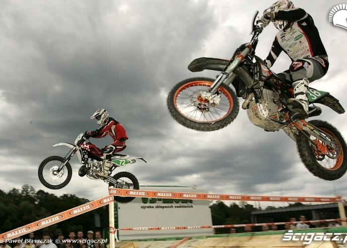 motocykle w locie