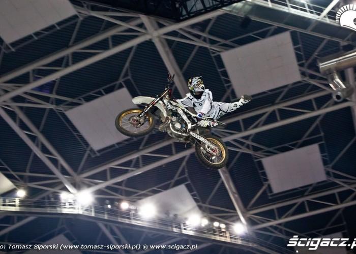 Piotrek Dzialo pokaz freestyle motocross hala