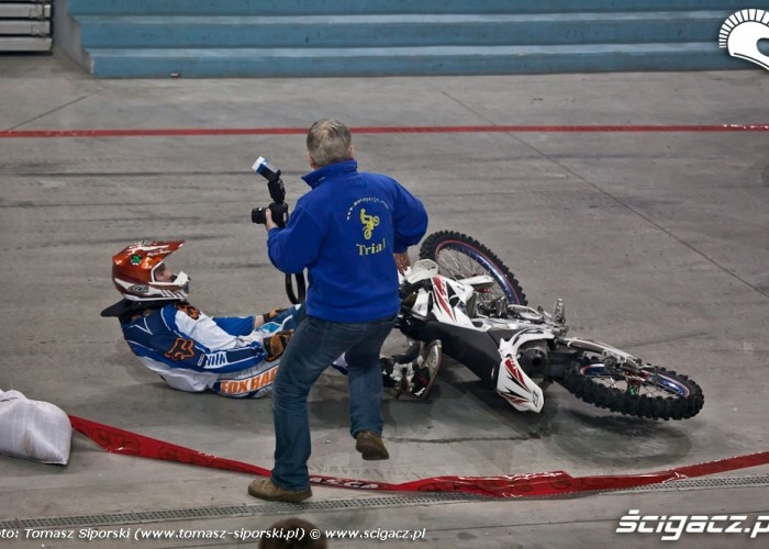 Wypadek na motocyklu halowe enduro
