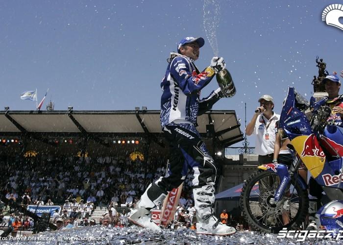 Despres Cyril z szampanem na podim dakaru
