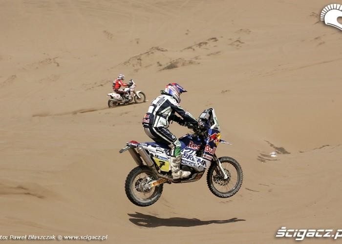 Rajd Dakar 2010 opuszcza pustynie lot nad piaskiem