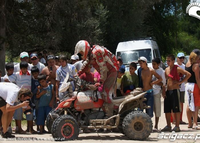 Kibice ogladaja uszkodzony quad Sonika Dakar 2010
