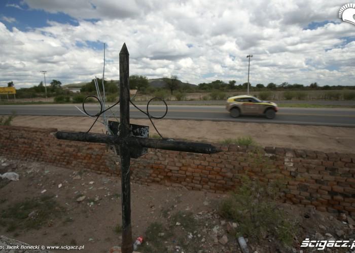 Krzyz przy drodze Dakar 2010