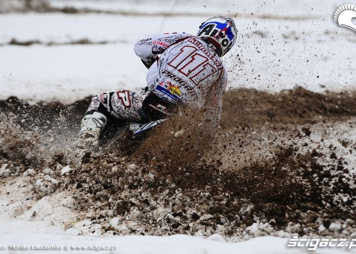 Motocyklowy trening w sniegu