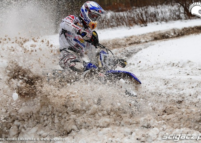 Ostra jazda motocyklem po sniegu